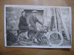 CARTE POSTALE PHOTO Postcard Motocyclette Homme Avec Femme Le Tenant MOTO - Motos