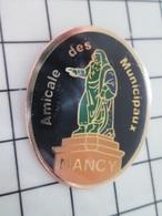 216b Pin's Pins / Beau Et Rare / THEME : ASSOCIATIONS / AMICALE DES MUNICIPAUX NANCY Feuille , Râteau C'est Le Chant Des - Verenigingen