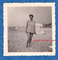 Photo Ancienne Snapshot - HOULGATE - Portrait D'une Jolie Femme à La Plage - 1959 - Pose Mode Sexy Fille Coiffure Pin Up - Pin-Ups
