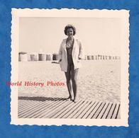 Photo Ancienne Snapshot - HOULGATE - Portrait Jolie Femme à La Plage - 1959 - Maillot De Bain Sexy Fille Coiffure Mode - Pin-Ups
