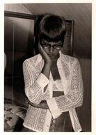 Photo Originale Pin-Up Sexy Pensive Se Tenant La Tête En Petite Tenue Et Soutien Gorges Sous Chemisier à Dentelles 1970 - Pin-Ups