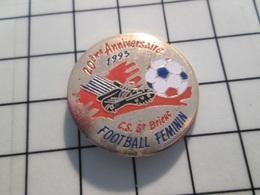 216c Pin's Pins / Beau Et Rare / THEME : SPORTS / FOOTBALL FEMININ CS ST BRIEUC 20e ANNIVERSAIRE - Fussball