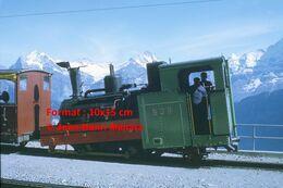 Reproduction D'unePhotographie De Conducteurs Dans Une Locomotive BOB à Crémaillère SPB Schynige Platte-Bahn En Suisse - Riproduzioni