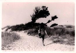 Photo Originale Jolie Pin-Up De Dos En Route Pour Les Dunes De Plage Dans Sa Tenue De Ville Vers 1970 - Pin-Ups