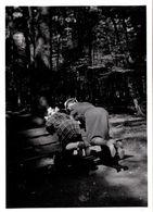 Photo Originale La Dure Vie Du Banc De Forêt & Pin-Up Coquines Les Fesses En L'air Sur Ce Dernier En Mai 1940 - Pin-Ups
