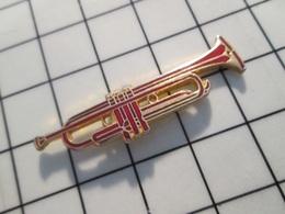 216c Pin's Pins / Beau Et Rare / THEME : MUSIQUE / GRANDE TROMPETTE METAL JAUNE ET EMAIL ROUGE - Musik
