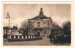 Bourg - Léopold -  Gemeentehuis En Gedenkteken  1945 (2 Scan's) - Leopoldsburg