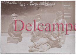 """Photographie De 1893 - Briançon """"Une Plaie Du Midi"""" : Les Cireurs De Chaussures - Travail Des Enfants - Petits Gavroches - Métiers"""