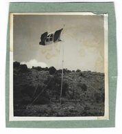 CLB197 - FOTO MILITARE SOLDATI WAR COLONIALE DIVISA 1930 CIRCA NON IDENTIFICATA CM 9 X 9,7 BANDIERA ACCAMPAMENTO - War, Military