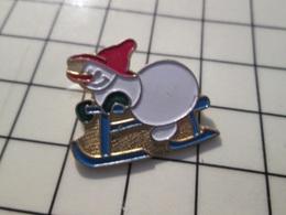 216c Pin's Pins / Beau Et Rare / THEME : NOEL / BONHOMME DE NEIGE FAISANT DE LA LUGE - Navidad