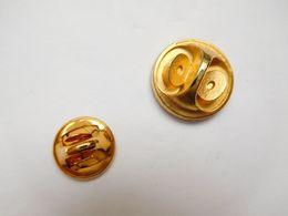 Superbe Pin's En Relief , Parfum En Forme D'attache ?? Signé Arcane - Parfum