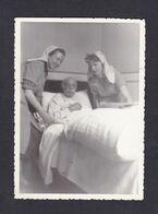Photo Originale Vintage Snapshot Scene Hopital Denise Mantelet Eleve Ecole  Infirmiere Metz Homme Malade - Métiers