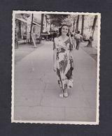 Photo Originale Vintage Snapshot Juillet 1949 Jeune Fille Robe Mode Rue De Luchon  1949 - Pin-Ups