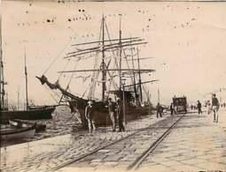 080820 - Photo 1899 - SMYRNE IZMIR TURQUIE Quai Bateau Chemin De Fer Rail Wagon Tramway ? Voilier Port - Völker & Typen