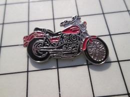 216c Pin's Pins / Beau Et Rare / THEME : MOTOS / MOTO ROUTIERE ROUGE ET ARGENT PEUT ETRE HARLEY - Motorräder
