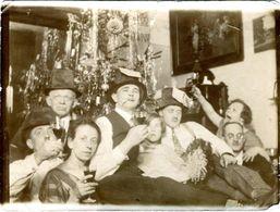 Amusante Photo Originale De Famille Au Chapeaux Au Pied Du Sapin De Noël & Cotillons Rire Jeux & Jour De L'an 1926/27 - Anonyme Personen
