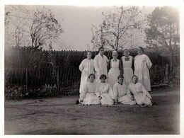 Photo Originale Groupe D'Infirmières Et Soignantes En Blouses Blanches Au Jardin Vers 1920 - Métiers