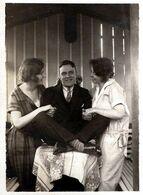 Photo Originale Un Playboy Gâté De Ces Dames, Entre Les 2, Mon Coeur Balance En 1924 - Insolite Caresses D'Oreilles - Persone Anonimi