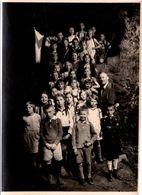 Photo Originale Scolaire, Instituteur & écoliers Mixtes En Sortie Dans Une Grotte Vers 1920/30 - Drapeau & Aventuriers - Persone Anonimi