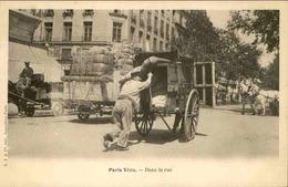 FRANCE - Carte Postale  - Paris Vécu - Dans La Rue  - Personnage Poussant Une Charrette - L 66210 - Petits Métiers à Paris