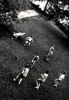 Insolite Photo Originale En Vue Plongée Sur Un Match De Football Amateur Dans Le Parc De La Cité Vers 1970 - Sport
