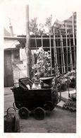 Photo Originale Arrosoir & Bébé Au Landau Dans La Cour En Juin 1942 - Persone Anonimi