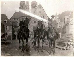 Photo Originale 3 Cavaliers à Cheval Dans Un Village à Identifier Avec Son église & Tours Aux Toits Pointus Vers 1920 - Persone Anonimi