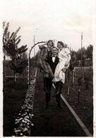 Photo Originale Entre Les 2, Mon Coeur Balance, Homme Fort Portant Ses 2 Prétendantes Sur Chaque Bras Au Jardin 1920's - Anonyme Personen