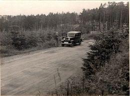 Photo Originale Automobile à Identifier Et Son Chauffeur En Forêt Vers 1920/30 - Automobiles