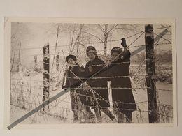 Photo Vintage. Original. Filles Derrière Des Barbelés. La Frontière De La RDA. Allemagne - Luoghi