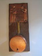 Cuivre Repoussé Mural à Accrocher  TIRE FICELLE Dans Casserole En Cuivre. 12,5 X 30,5 Cm Env Poids : 452 Grammes - Koper