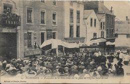 PLOERMEL Procession De La Fête Dieu Sur La Place De L' Eglise - Ploërmel