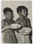 Geborgen Und Glücklich Fühlen Sich Diese Indischen Jungen Auf Der Missionsstation - Inde
