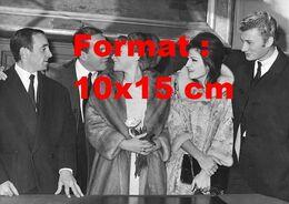 Reproduction D'une Photographie Ancienne De Dalida En Compagnie Entre Autre De Johnny Hallyday Et Aznavour En 1963 - Photographie
