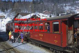 Reproduction D'unePhotographie D'un Train NStCM Avec Un Wagon Rempli De Skis à Saint-Cergue En Suisse En 1968 - Photographie