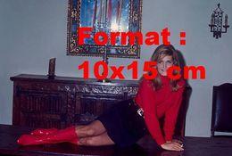 Reproduction D'une Photographie Ancienne De Dalida Posant Avec Des Bottes Rouges En 1970 - Photographie