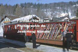Reproduction D'unePhotographie D'une Vue D'un Train NStCM Avec Un Wagon Rempli De Skis à Saint-Cergue En Suisse En 1968 - Photographie