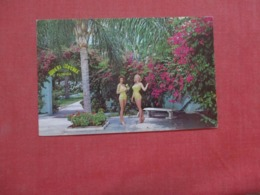 Mermaids On Patio Weeki Wachee   Florida   Ref 4281 - Etats-Unis