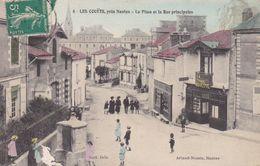 44-LES COUETS LA PLACE ET LA RUE PRINCIPALE PETIT PLI COIN BAS GAUCHE - Francia