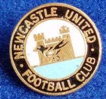 NEWCASTLE , ENGLAND FOOTBALL CLUB , ENAMELED PIN BADGE - Fútbol