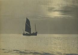 Vietnam? Pecheur Bateau A Voile Lever Du Jour Ancienne Photo 1930's - Ethniques, Cultures