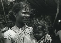 Inde Mere Et Son Enfant Portrait Ancienne Photo Defossez 1970's - Ethniques, Cultures