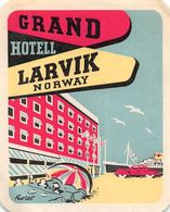 "010898 ""GRAND HOTELL LARVIK NORWAY""  ETICHETTA GOMMATA ORIGINALE - ORIGINAL LABEL - Etiketten Van Hotels"