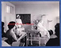 Photo Ancienne - PARIS - Hôpital De La Salpétrière - Ecole D' Infirmières Cours Avec Mannequin -1963- Medical Infirmiere - Métiers