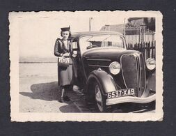 Photo Originale Snapshot Jeune Femme Mode Années 1940 Oldtimer Car  Voiture Rosengart LR4N2 Immatriculée Seine Maritime - Automobiles