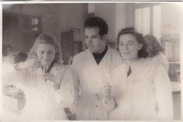 MARSEILLE / FACULTE DE PHARMACIE 1947 / TRES BELLE PHOTO / MLLES CASALTA ET CASTOR / 17X11 CM - Salute