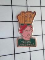 615B Pin's Pins / Beau Et Rare / THEME : VILLES / CALVADOS VIEUX ARGENTA ROUSSE AVEC UN PHALLUS SUR LA TETE - Cities
