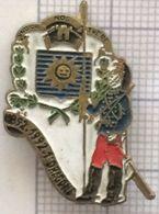 Pin's Du 1 Er Régiment De Dragons. 1992 Centenaire De L'arrivée Du 1 Er RD à Lure (haute Saone). - Militair & Leger