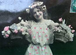 CPA  JOLIE FEMME MARCHANDE DE FLEURS . 1908 . PRETTY WOMAN WITH BASKET OF FLOWERS  OLD PC PHOTO - Femmes