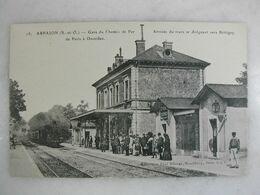 FERROVIAIRE - Gare - ARPAJON - Gare Du Chemin De Fer De Paris à Dourdan - Arrivée Du Train Vers Brétigny (très Animée) - Stations - Met Treinen
